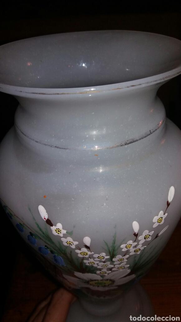 Antigüedades: Precioso Jarrón de opalina pintado a mano floral - Foto 7 - 132830805
