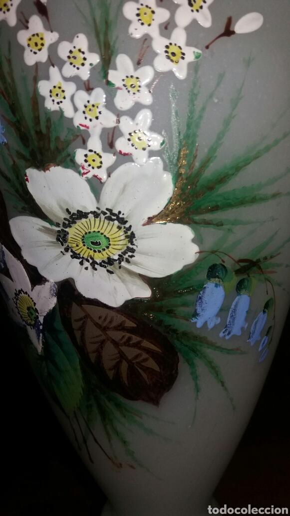 Antigüedades: Precioso Jarrón de opalina pintado a mano floral - Foto 8 - 132830805