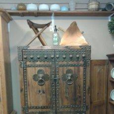 Antigüedades: ARMARIO DE MADERA Y HIERRO. Lote 132880322