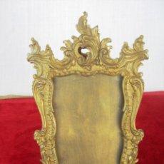Antigüedades: PORTAFOTOS EN BRONCE Y LATÓN CON CRISTAL Y TRASERA , PIÉ CRUZADO , MUY ORNAMENTADO. Lote 132886938