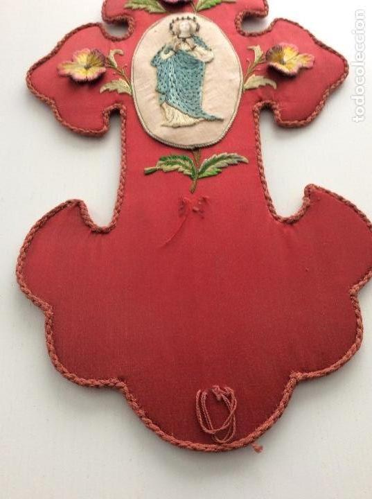 Antigüedades: Cruz de raso bordada con la inmaculada en seda, hilo de plata y piedras en corona siglo XIX ppios XX - Foto 5 - 132910434