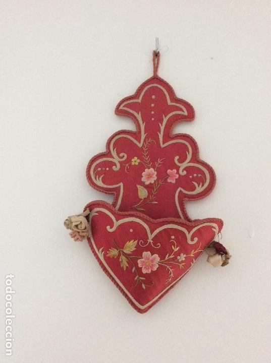 Antigüedades: Antiguo soporte de raso para Benditera bordado a mano finales S.XIX ppios XX - Foto 2 - 132935110