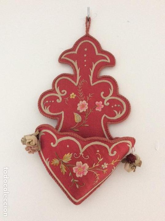 Antigüedades: Antiguo soporte de raso para Benditera bordado a mano finales S.XIX ppios XX - Foto 3 - 132935110