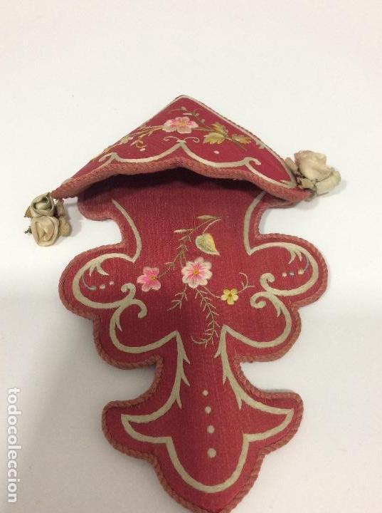 Antigüedades: Antiguo soporte de raso para Benditera bordado a mano finales S.XIX ppios XX - Foto 6 - 132935110