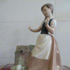 Antigüedades: FIGURA MUJER CON CANTARO FABRICADA POR NAO LLADRO DAISA. Lote 132952930