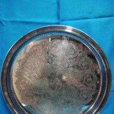 Antigüedades: BANDEJA DECORATIVA TROQUELADA DE METAL REDONDA ESTAMPADA PERFORADA. Lote 132953662