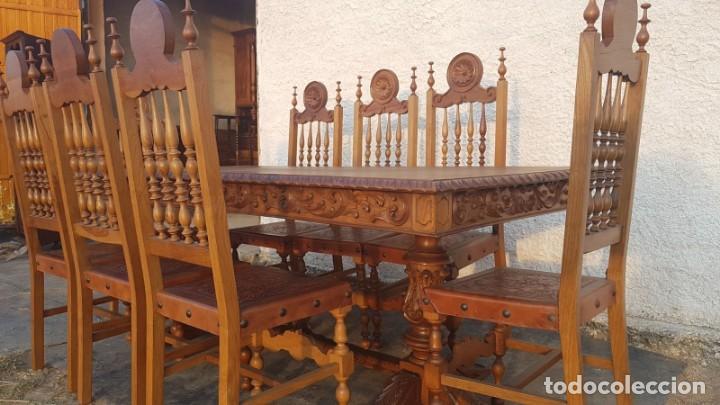Conjunto de mesa y 8 sillas de castaño talladas a mano