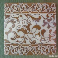 Antigüedades: ANTIGUO AZULEJO DECORACIÓN FLORES DORADAS Y CENEFA 20CM X20CM. Lote 132973482