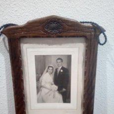 Antigüedades: ANTIGUO MARCO COLGAR DE MADERA CON RELIEVES,AÑOS 30.CON FOTO DE BARIEGO,VALLADOLID.. Lote 132983926