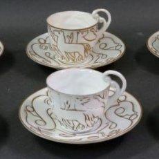 Antigüedades: CUATRO TAZAS Y SEIS PLATOS DE CAFE EN PORCELANA CASTRO SARGADELOS DISEÑO ISAAC DÍAZ AÑOS 40. Lote 132993562