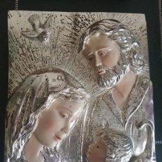 Antigüedades: BONITO PLAFON DE LA SAGRADA FAMILIA MOLDEADO Y CON BAÑO DE PLATA CONTRASTADA. Lote 133007090