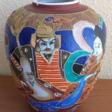 Antigüedades: JARRÓN. PORCELANA SATSUMA. HASSO. DECORACIÓN `POLICROMADA Y DORADOS. JAPÓN. MEDIADOS SIGLO XX.. Lote 133019522
