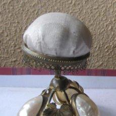 Antiques - Alfiletero de metal amarillo, nácar y seda. Segunda mitad siglo XIX. Usado. 10 x 8 cms. - 133022002