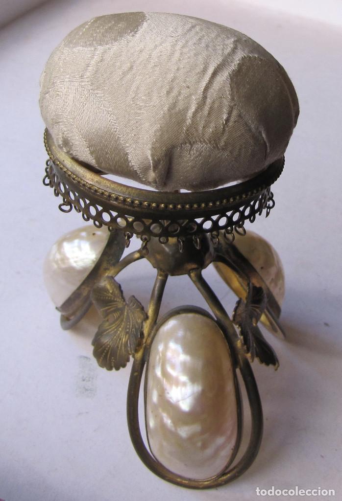 Antigüedades: Alfiletero de metal amarillo, nácar y seda. Segunda mitad siglo XIX. Usado. 10 x 8 cms. - Foto 2 - 133022002
