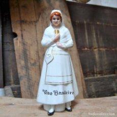 Antigüedades: BOTELLA DE VINO BANDEIRA * FABRICA DE PORCELANA SANTA CLARA VIGO * FIRMA ALVAREZ * 27CM. Lote 133078146