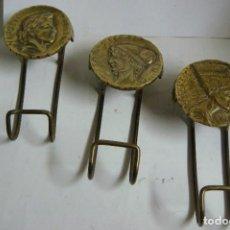 Antigüedades: PERCHAS JUEGO DE 3 PERCHAS PARA LA PARED EN BRONCE ANTIGUO ( #). Lote 133112886
