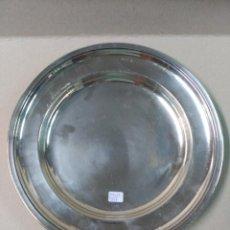 Antigüedades: BANDEJA REDONDA METAL PLATEADO MENESES. Lote 133152438