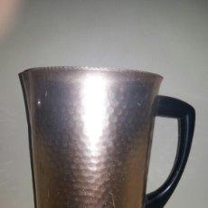 Antigüedades: JARRA DE METAL ALUMINIO AÑOS 60 - 70. DORADO. VINTAGE.. Lote 133153226
