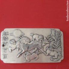Antigüedades: EXCLUSIVO Y ANTIGUO LINGOTE DE PLATA TIBETANA CON PERRO FOO. Lote 133183819