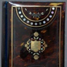 Antigüedades: AGENDA FRANCESA CON CALENDARIO TAPAS CON INCRUSTACIONES DE NACAR HACIA 1910. Lote 133187866