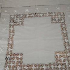 Antigüedades: MANTEL DE CAFE CON BORDADOS Y BAINICAS. Lote 133220393