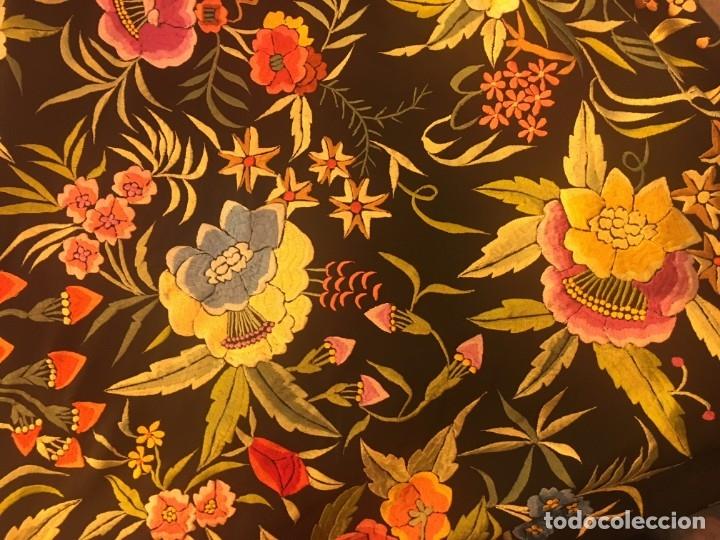 Antigüedades: Mantón de Manila antiguo de seda natural bordado con fleco anudado a mano (M.ANT-61) - Foto 6 - 105780695