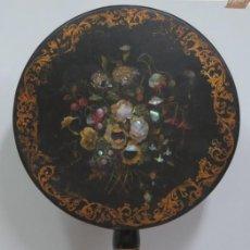 Antigüedades: BONITA MESA LACADA PINTADA A MANO CON INCRUSTACIONES DE NACAR. SIGLO XIX. Lote 140206018