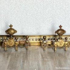Antigüedades: PAREJA DE MORILLOS ISABELINOS EN BRONCE CON BARANDILLA. Lote 199341333