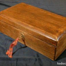 Antiquités: ANTIGUA CAJA DE MADERA DE NOGAL CON LAVE Y CERRADURA. R990424. Lote 133292674