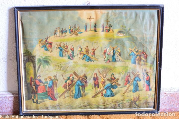 CUADRO CON LÁMINA A COLOR DE VÍA CRUCIS - ESCENA RELIGIOSA, CRISTO CON LA CRUZ, CRUCIFIXIÓN (Antigüedades - Religiosas - Varios)