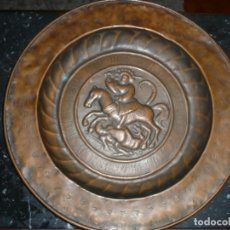 Antigüedades: PLATO PETITORIO O LIMOSNERO SAN JORGE LUCHANDO CON EL DRAGON SIGLO XVIII 40,5 CM METAL REPUJADO. Lote 133354410