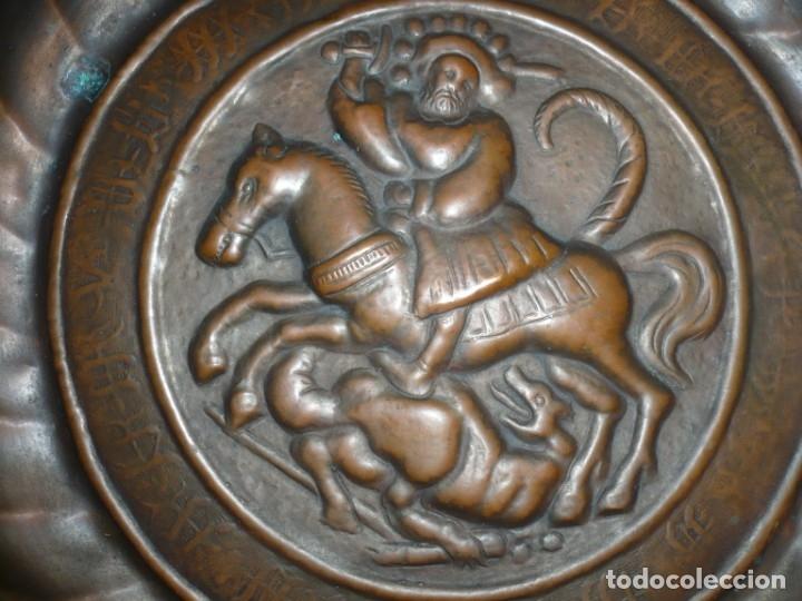 Antigüedades: PLATO PETITORIO O LIMOSNERO SAN JORGE LUCHANDO CON EL DRAGON SIGLO XVIII 40,5 CM METAL REPUJADO - Foto 2 - 133354410