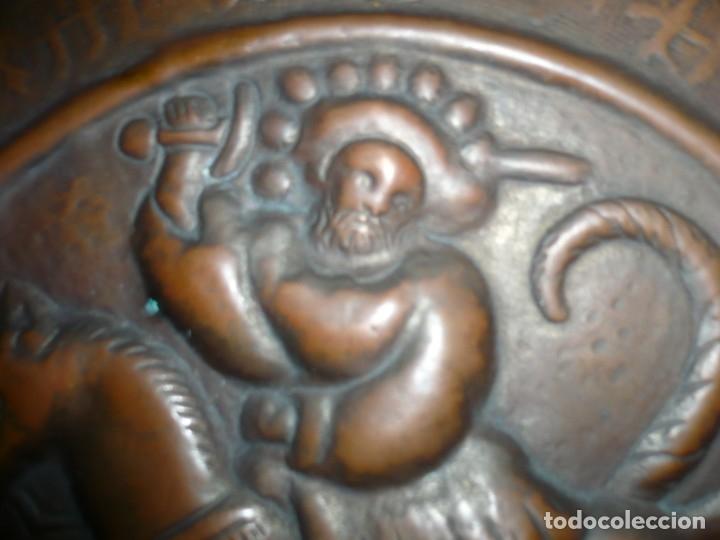 Antigüedades: PLATO PETITORIO O LIMOSNERO SAN JORGE LUCHANDO CON EL DRAGON SIGLO XVIII 40,5 CM METAL REPUJADO - Foto 3 - 133354410