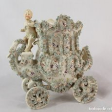 Antigüedades: PRECIOSA FIGURA EN PORCELANA ALEMANA SAXE, CARRUAJE CON CHERUB. FINES S XIX. Lote 132392470