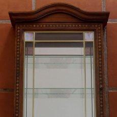 Antigüedades: ANTIGUA VITRINA DE COLGAR EXPOSITORA PARA MINIATURAS MADERA PUERTA MARQUETERIA BALDAS CRISTAL ESPEJO. Lote 188663087