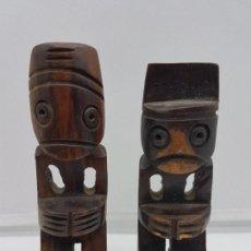 Antigüedades: PAREJA DE ESCULTURAS ANTIGUAS TALLADAS EN MADERA TROPICAL REPRESENTACIÓN DE LA FAMILIA Y LA SALUD.. Lote 133391606