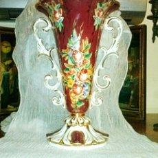 Antigüedades: JARRON ISABELINO. VIEJO PARÍS. DECORADO A MANO CON MOTIVOS FLORALES. CIRCA 1900.. Lote 133399409