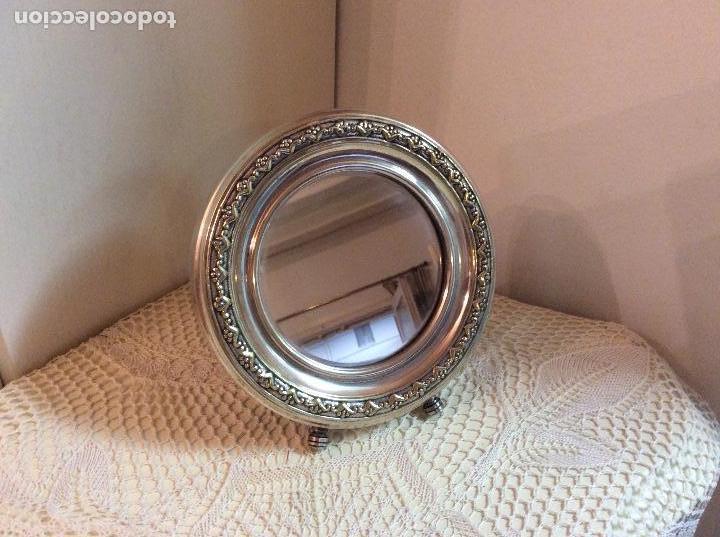Antigüedades: Espejo de mesa redondo con marco bañado en plata. 15 cm de diámetro. - Foto 2 - 133418282