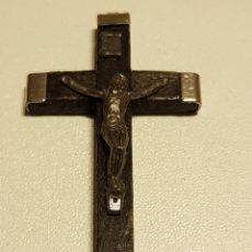 Antigüedades: CRUZ ANTIGUA DE MADERA CON ALPACA TIENE UNA RASGADURA ABAJO 6 POR 3 CM. Lote 133425019
