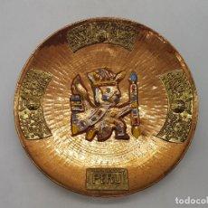 Antigüedades: PRECIOSO PLATO ANTIGUO PERUANO DE COBRE Y ESMALTES CON APLICACIONES EN BRONCE MOTIVOS INDÍGENAS.. Lote 133460578