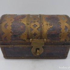 Antigüedades: PRECIOSA CAJA JOYERO ANTIGUA DE MADERA CON APLICACIONES DE BRONCE CON FORMA DE COFRE DEL TESORO. Lote 133462378