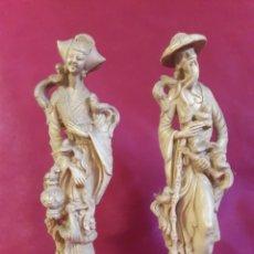 Antigüedades: PAREJA DE FIGURAS ORIENTALES VINTAGE. IMITACION A MARFIL.. Lote 137201642