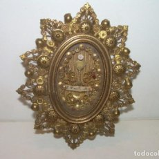 Antigüedades: ANTIGUO Y BONITO RELICARIO DE LATON DORADO....CON SU LACRA CORRESPONDIENTE.. Lote 133477470