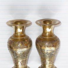 Antigüedades: 2 JARRONES DE BRONCE LABRADO Y PINTADO A MANO TAMAÑO 10CM.. Lote 133481338