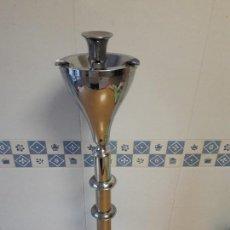 Antigüedades: GRAN CENICERO DE PIE / METAL CROMADO / VINTAGE / AÑOS 60. Lote 133485606
