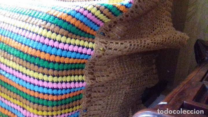 Antigüedades: ANTIGUA Y EXCELENTE COLCHA DE LANA DE COLORES DE CROCHET HECHA A MANO CON BONITO COLORIDO Y REMATADA - Foto 12 - 133488246