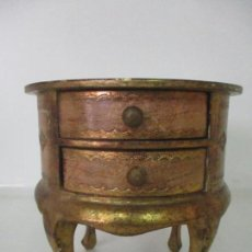Antigüedades: ANTIGUO JOYERO - PEQUEÑA CÓMODA REDONDA - MADERA DORADA - AÑOS 50. Lote 133510510