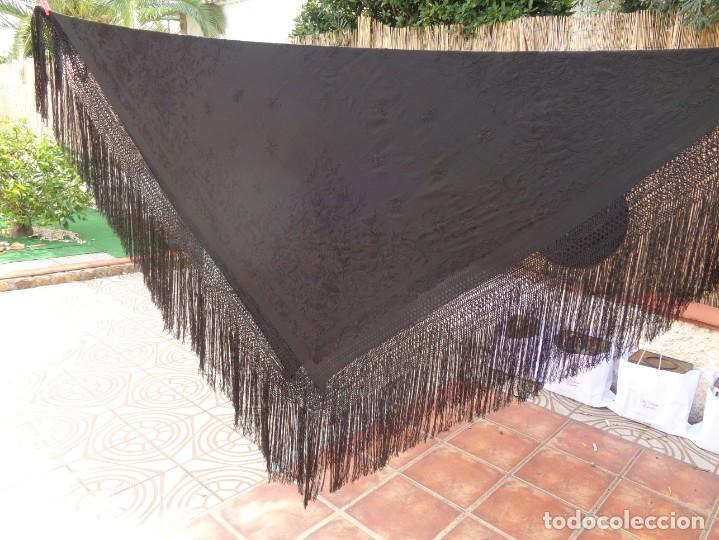 Antigüedades: ANTIGUO Y GRAN MANTON DE MANILA ISABELINO NEGRO BORDADO CON FLORES EN NEGRO - Foto 2 - 133564914