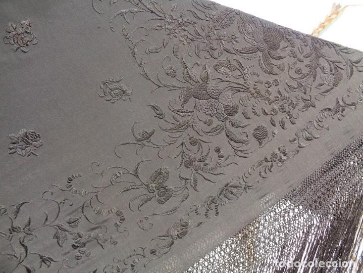 Antigüedades: ANTIGUO Y GRAN MANTON DE MANILA ISABELINO NEGRO BORDADO CON FLORES EN NEGRO - Foto 3 - 133564914