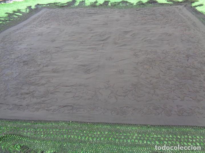 Antigüedades: ANTIGUO Y GRAN MANTON DE MANILA ISABELINO NEGRO BORDADO CON FLORES EN NEGRO - Foto 30 - 133564914